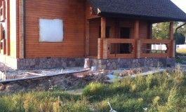Облицовка цоколя дома, устройство отмостки из природного камня